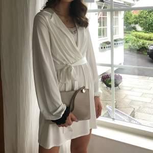 Super söt klänning köpt på nelly. Endast använd 1 gång, linnet under medföljer inte. Säljes för 140kr +63kr spårbarfrakt💕🌸