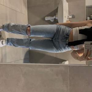 Jättefina jeans från weekday använd enstaka gång och i jätte bra skick ❤️ (frakt tillkommer ✌🏽)