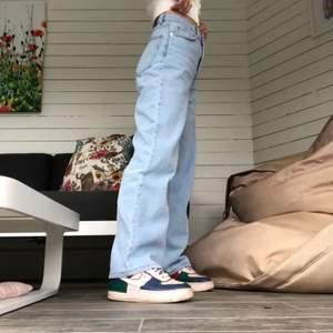 skitsnygga jeans som är köpte på plick i höstas för 400kr men inte kommit till användning så mycket tyvärr:/ bilderna är från förra ägaren men sitter likadant på mig som är 170cm lång⚡️⚡️köparen står för frakt