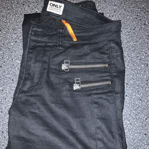 säljer svarta jeans i skinn immitation från only med dragkedjor vid fickorna, väldigt bra skick