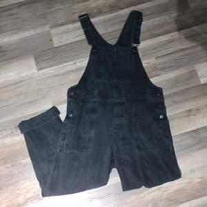Fett balla dungarees i jeans, baloon type fit. Från Monki, size M men skulle säga L då de är hella baggy 💓