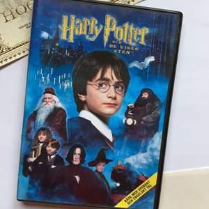 KIKA IN PÅ MIN PROFIL FÖR ATT HITTA FLER HARRY POTTER-FILMER!✨                                 Säljer filmen om Harry Potter och de vises sten! DVD'n har inga repor (kan skicka bilder privat) och fungerar fint i en CD/DVD-spelare☺️ Säljer eftersom jag har 2 uppsättningar av vissa filmer!🥰 Filmen är ca 147 min! Gratis frakt❤️