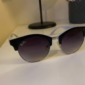Rayban solglasögon, inte äkta! Säljer för 50kr. Vid snabb affär bjuder jag på frakten ❣️