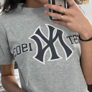 T-shirt från yankees. Säljes pga: kommer inte till användning. Frakt tillkommer🦋✨
