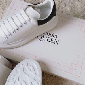 INTRESSEKOLL!!  på mina helt nya alexander mcqueen skor använda endast 2 ggr, inköpta i oktober 2020, nypris 4700kr💓💓 storlek 37 men passar även en 38 då de lite större. hör av er om ni är intresserade, är fortfarande inte helt säker om jag vill sälja