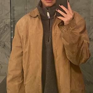 Intressekoll på min jacka i mocka! Den är i fint skick förutom att den är lite sliten kring armarna (se bild)🥰