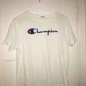 T-shirt med tryck, typ aldrig använd. Är stl L men passar alla storlekar.