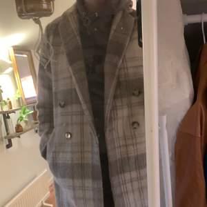 Beige kappa köpt här på Plick men har aldrig kommit till andvändning. Bra skick och tjockt material så bra till höst och även vinter. Köpare står för frakt. Meddela för fler bilder