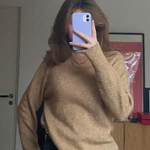 En super fin mysig tröja som tyvärr inte kommer till användning. Den har en teddybjörn färg och är i ett tjockare material. Man kan släppa ut den o ha den som mysig tröja elr stoppa in den lite för att styla lite bättre om man så vill🧸💗