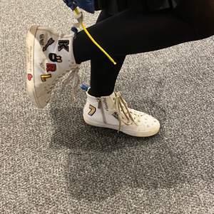 Säljer mina sjukt snygga Karl Lagerfeld skor som är sjukt populära. Köpte för något år sedan. Storlek 40 men jag själv har 39 och de passar mycket bra!! Dustbag Medföljer