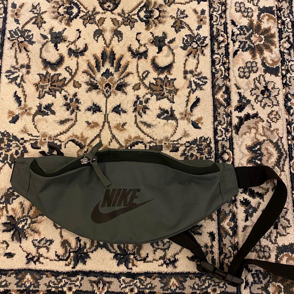 skitsnygg bumbag från Nike. inköpt i köpenhamn sommaren 2019. en liten fläck på ovansidan, se 3e bilden.  fint skick i övrigt!! snyggaste gröna färgen.. Väskor.