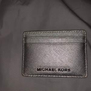 Jättecool silvrig plånbok från Michael kors med två fack på vardera sida och ett stort fack i mitten. Mycket bra skick. Ordinarie pris ca 600kr.