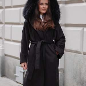 """Mango Wool coat hoodie black  från """" Born in Stockholm"""" med äkta päls!  Köptes för 1 år sedan för 4200kr å är sen dess bara använd ett fåtal gånger! Jackan är normal i storleken. Säljer för 1800, vid mer information/ bilder är de bara höra av sig vid intresse:)             Material: 50% polyester, 20% acryl, 30% ull, pälskrage i tvättbjörnspäls"""