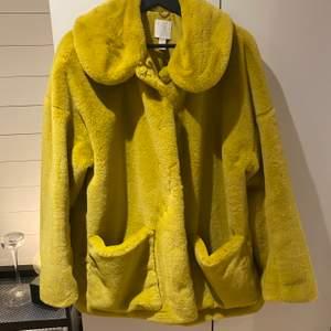Gul faux fur från H&M strl L. Helt oanvänd! 🐣