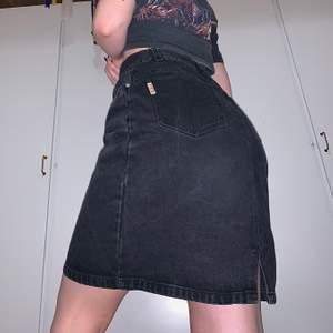 Fantastisk jeanskjol i urtvättad svart färg. Sitter som en smäck i midjan o lite lösare runt rumpan o låren så den är otroligt skön. Passar en S-M❤️