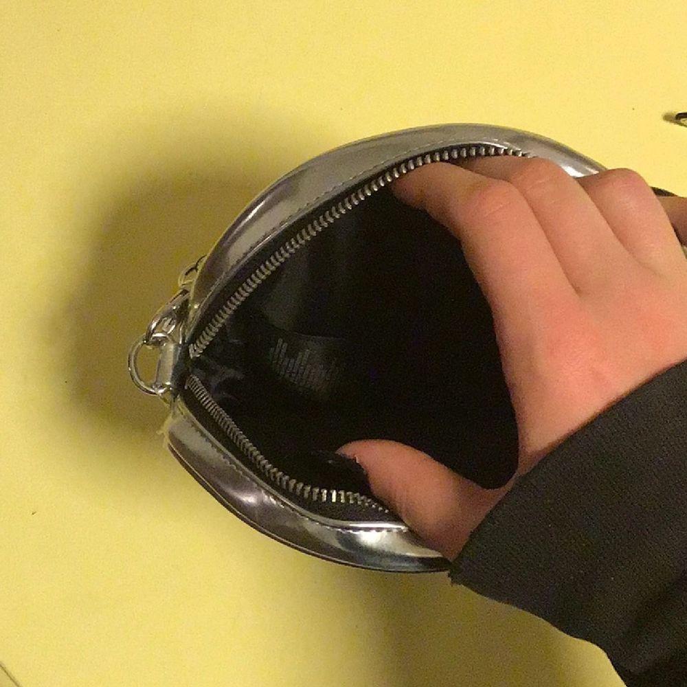 Super cool silver väska med en monster nyckelring på🔥💕💕. Väskor.