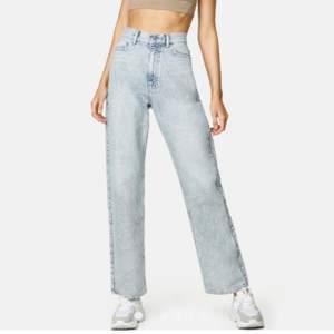 Ljusblå melerade jeans från Junkyard(heter straight off på hemsidan)👖 raka jeans i perfekta längden👖använda fåtal gånger, köpta för 500kr på junkyard hemsida men beställde fel storlek👖 skriv vid intresse för fler bilder på jeanSen👖
