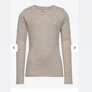 Säljer denna tröja i storlek 12-14 alltså Xs. Jag är storlek S och denna är tajt på mig så passar perfekt på en xs! Den är använd förut men i bra skick. 🐻 grå med vitt Ralph lauren märke. Säljer för 130 inkl frakten så GRATIS FRAKT. 🖤🍂