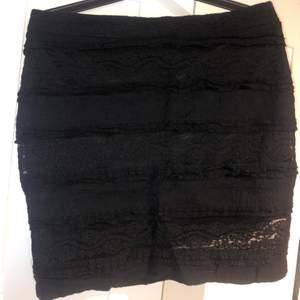 Säljer den här jättesöta spets kjolen! Under den svarta spetsen finns en till helsvart kjol så inget syns igenom!! Säljer den för att den tyvärr är för liten🙁💖