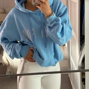 Tänkte ha en budgivning på min väldigt limiterade ONE OF ONE hoodie. Köpt i deras popup butik i Södermalm som endast fanns i somras. Nyskick.Budgivningen startar på 300kr  BUD LIGGER PÅ 990kr