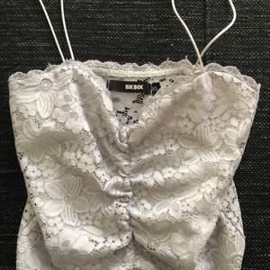Väldigt fint linne i sorlek XS. Lite missfärgat så typ mörkvit men fortfarande väldigt fin. Jättefin spets i ryggen.
