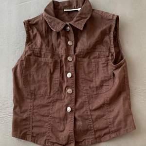 En jätte fin brun väst från Hennes collection. Storkok 40 men känns mer som 36/38, frakten är medräknad i priset.
