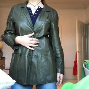 VINTAGE grön läderjacka! svincool köpt secondhand. Visad på en s! INKLUSIVE FRAKT. i använt skick
