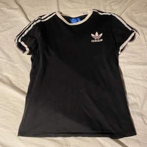 Adidas T-shirt i fint skick, storlek 36/S