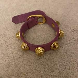 Säljer detta fina balenciaga armband som inte längre finns att köpa i butik! Inga slitningar eller skador 💜