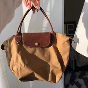 Jättesöt longchamp väska i den lilla modellen. Lite små flåckig men inget man tänker på. Annars fint skicka. Köparen står för frakten. 💕