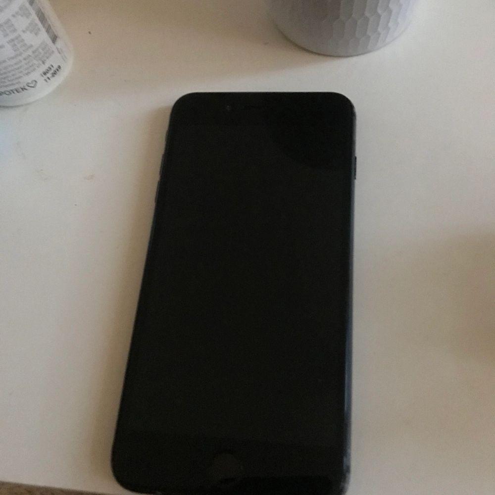 Den är röd för har lagat den men det går att ta bort men telefone har en spricka på baksidan annars ingens konstigheter! Har skal också som man kan få till ett billigt pris plus att det kostar 400 att laga,! Batteris hälsa är 88%. Övrigt.