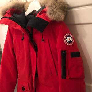 Hej, jag säljer en röd Canada Goose jacka i storlek M/M med vit päls. Varm jacka som ger värme under en kall vinterdag. Säljer den för 1200kr ink spårbarfrakt!