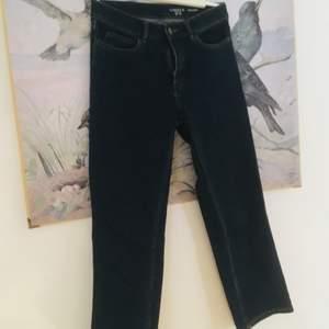 Mörkblå jeans från lindex. Cropped, stretchiga och mjuka!