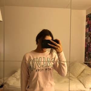Rosa supersöt tröja från Calvin klein, köpt i NYC 2018. Använd fåtal gånger, strl XS (pris exklusive frakt❤️)