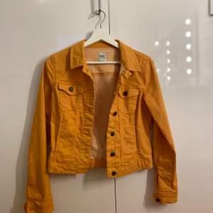 Snygg gul jeansjacka ifrån Only. Sparsamt använd och i fint skick. 180kr + frakt🌟