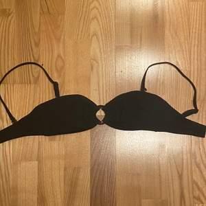 Säljer en fin svart bikinitopp. Banden är justerbara och går även att ta bort så att det blir som en bandeu bikini. Säljer för 50kr+frakt men priset kan sänkas vid snabb affär. Kontakta mig vid intresse eller vid eventuella frågor💗
