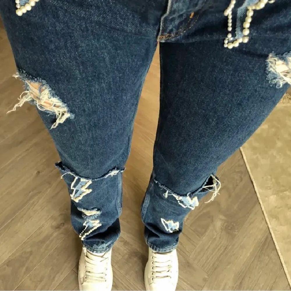 Lägger ut dessa jättecoola Sandro Paris jeans. De är i jättefint skick, säljer pågrund av att jag har två par. Storleken är 42, men motsvarar 38💓 Skriv för mer frågor eller bilder✨(första bilden är lånad)💓 . Jeans & Byxor.