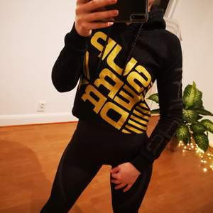 SuperDry Sport warm jumper. Very good condition. Black with golden letters. Size XS, S.