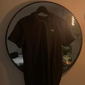 svart polo från adidas. storlek m och är använd 1 gång. skriv till mig vid eventuella frågor :)