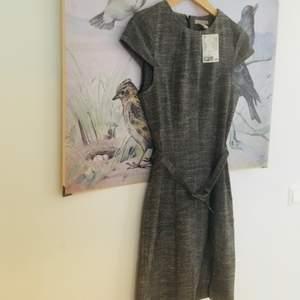 Rutig klänning med litet bälte från HM. Helt ny och oanvänd 👗