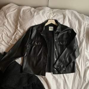 En helt oanvänd skinnjacka från Zara som aldrig kommit till användning. Där med i nyskick.