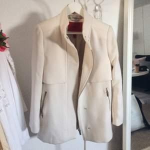 Säljer denna stilrena och fina kappa från Mango. Använd max 2 ggr. Den är i strl M men jag som har XS/s kan ha den.