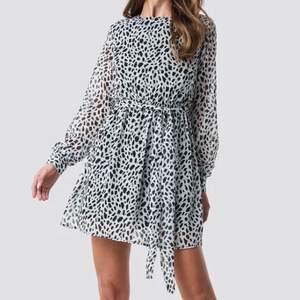 Klänningen har en kort design med långa ärmar och en knappstängning på baksidan. Finns även med ett elastiskt band vid midjan. Helt oanvänd! Köparen står för frakt🌺