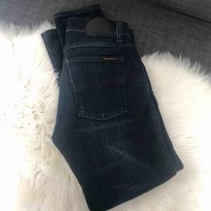 Fina mörk blåa jeans med fint skick. Det är lite låg Midja på de också. Köpte för typ 1 år sedan