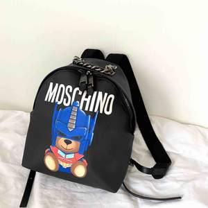 Moschino Transformer Teddy backpack. Nypris 5790 kr. Strap: 35 cm. Width: 23 cm. Hight: 29 cm - Super bra skick. Skriv för fler bilder (finns många snygga detaljer!)