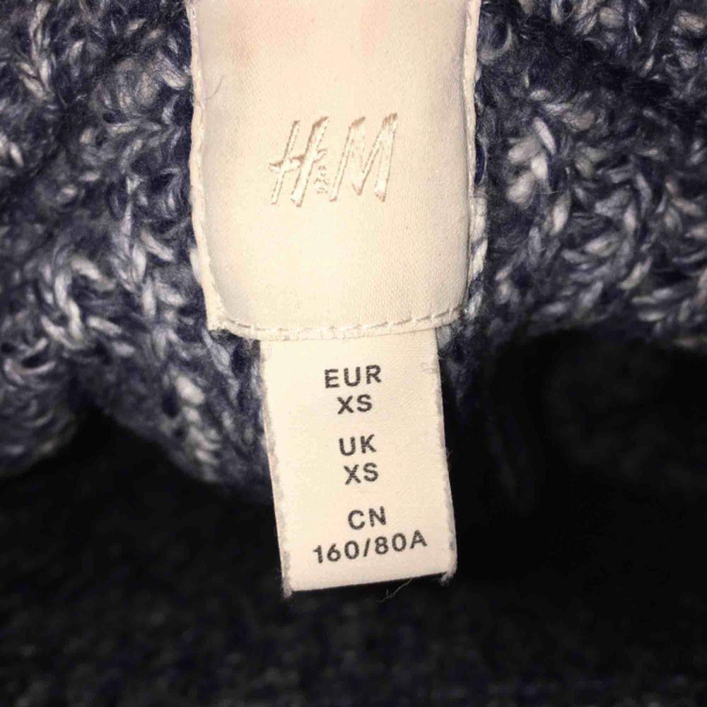 En helt ny stickad tröja från HM! Passar mig som har 36 men inte fått någon användning för tröjan! Nypris 399!. Stickat.