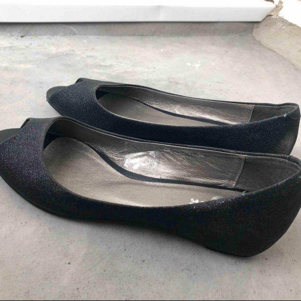 Aldrig använda ballerinaskor säljes. Svart och glittrig, från Nilson shoes. Strl: 39. Skor.