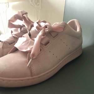 Ljusrosa Sneakers i mockaimitation med breda sidensnören. Använda 5 gånger. Storlek 40 men är små i storlek, är som 39or. Ordpris 500kr! Frakt tillkommer 50kr🙏🏼
