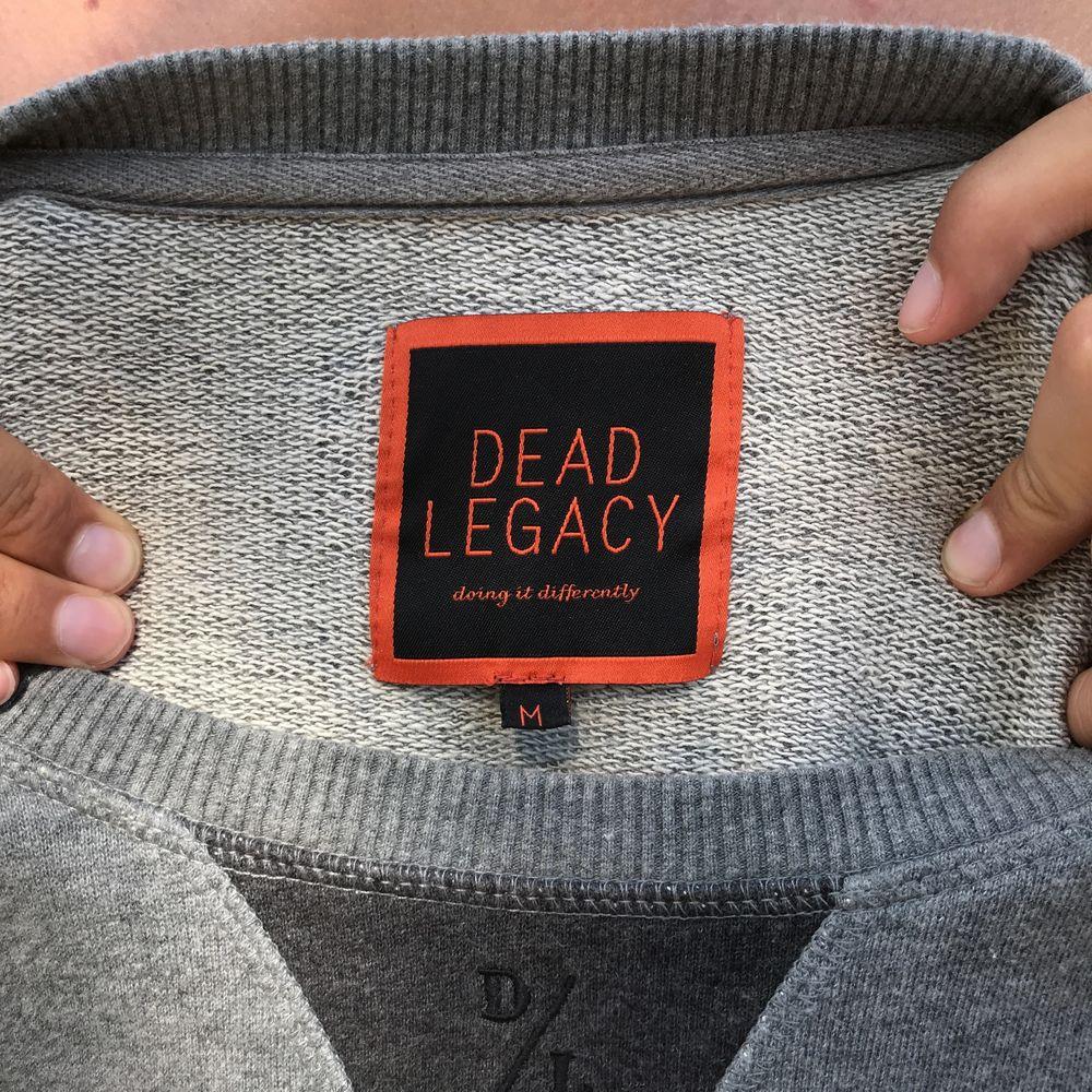 Grå sweatshirt från Dead Legacy, använd 1 gång.. Tröjor & Koftor.