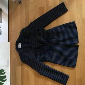 Mörkblå/vit-randig blazer från NA-KD. Jättefin klassisk blazer-fit, aldrig använd så superfin skick!